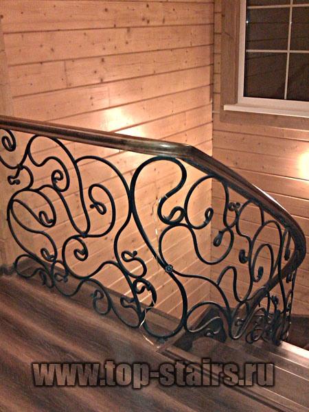деревянная лестница с коваными ограждениями 2