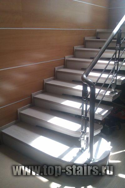 деревянная лестница с нержавеющими ограждениями