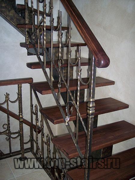 лестница на косоуре с коваными ограждениями