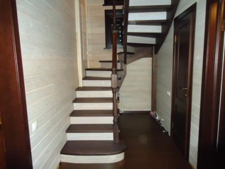 лестница с белыми подступенниками