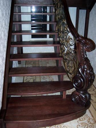 заходная ступень и резной столб лестницы