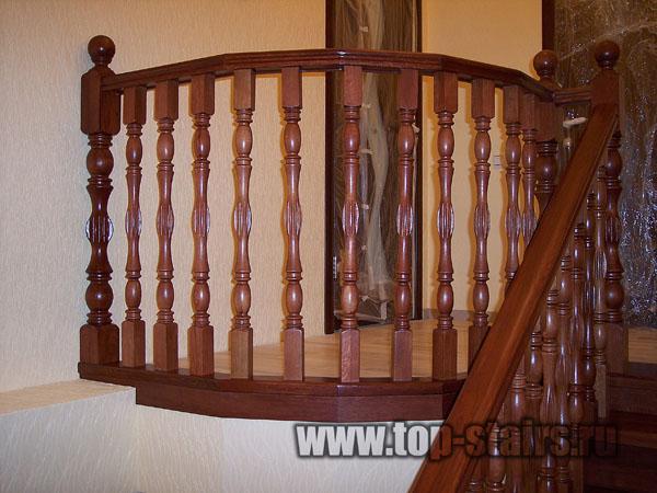 деревянная лестница в таунхаусе 2