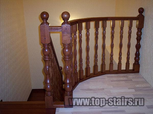 деревянная лестница в таунхаусе 3