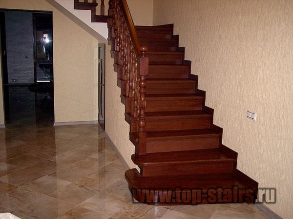 деревянная лестница в таунхаусе 1