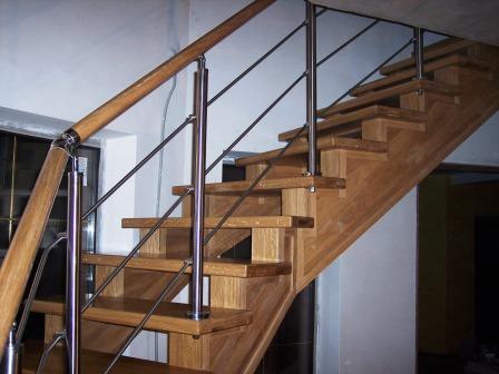 деревянная лестница с нержавеющими ограждениями 3
