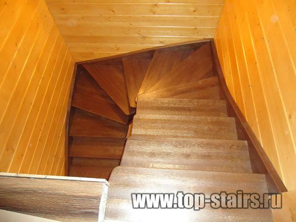 деревянная лестница с коваными ограждениями 4